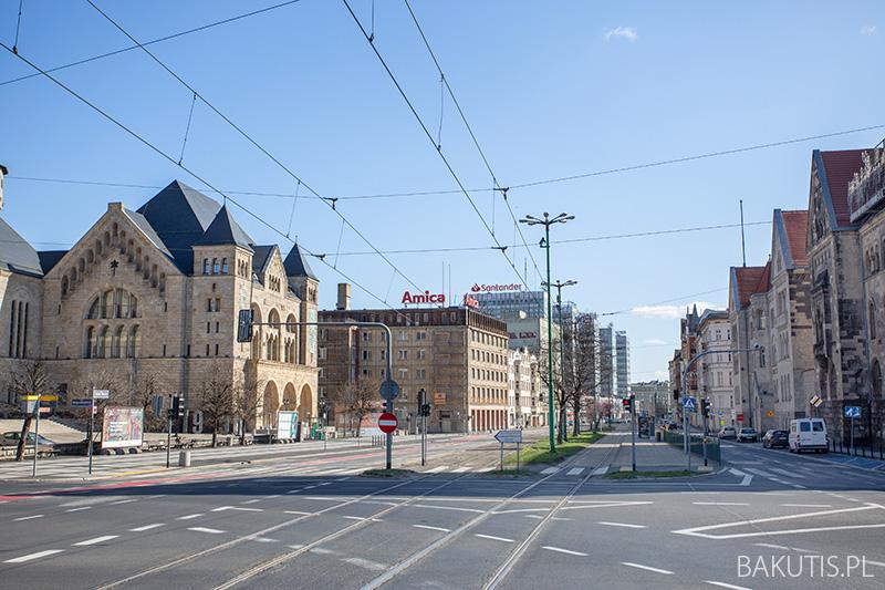 Epidemia, ale też pozamykane sklepy sprawiły, że w niedzielne przedpołudnie można było zobaczyć zupełnie puste ulice Poznania.